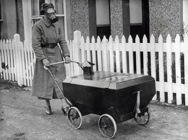 1938 : Une poussette résistante aux attaques de gaz en Angleterre