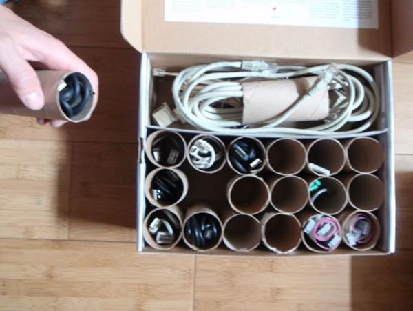Enrouler vos câbles dans des rouleaux de PQ pour les ranger
