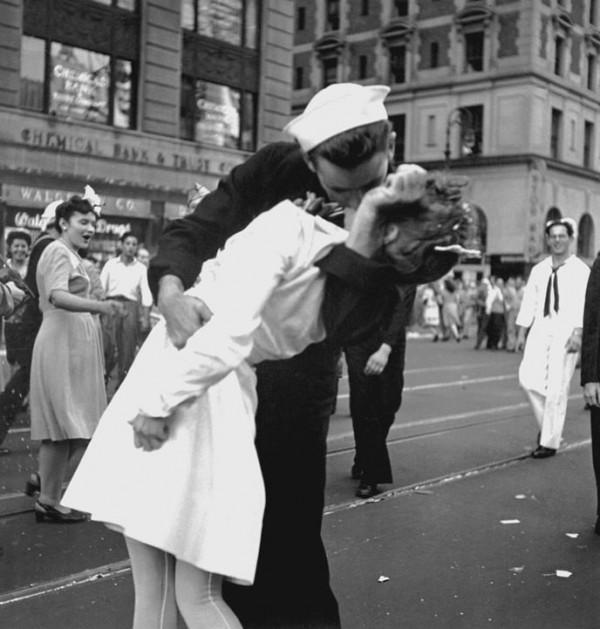 Polémique autour de cette photo le lendemain de la seconde guerre mondial à Time Square, Vra (...)