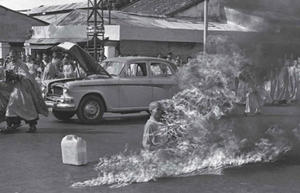 1963, un moine vietnamien s'immole pour luter contre les actes anti-bouddhistes