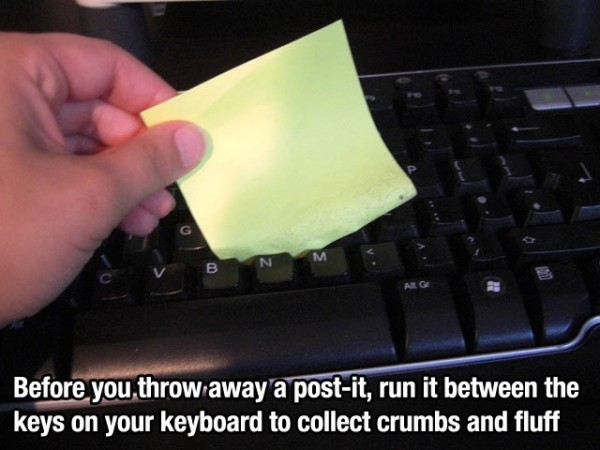 Récupérer les poussières dans son clavier avec un post-it