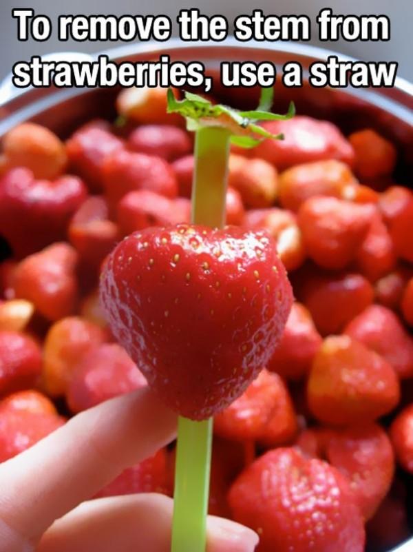 Utiliser une paille pour retirer la queue des fraises