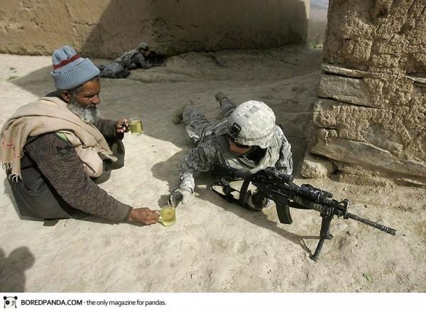 Un afghan apporte le thé aux soldats