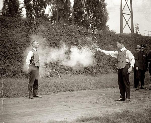 1923 : Test sur des humains de gilets pare-balles.