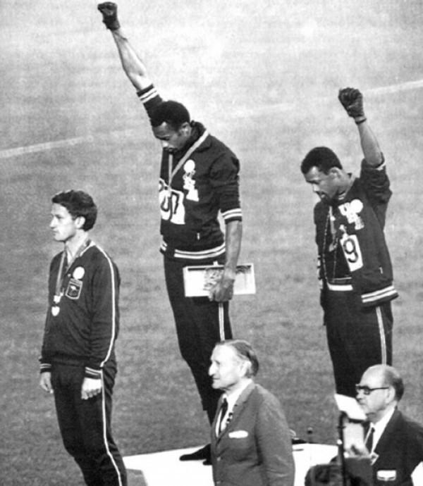 Lors des JO de 1968, les deux athlète Tommy Smith et John Carlos lèvent le poing en signe de (...)