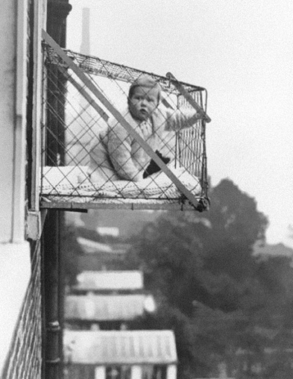 1937 : Une cage pour enfant afin de leur donner assez de soleil et d'air frais