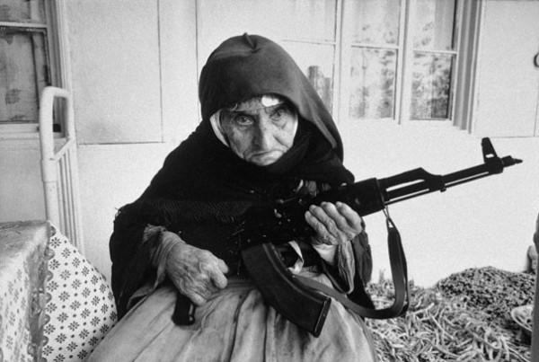 1990 : Une Arménienne de 106 ans garde sa maison